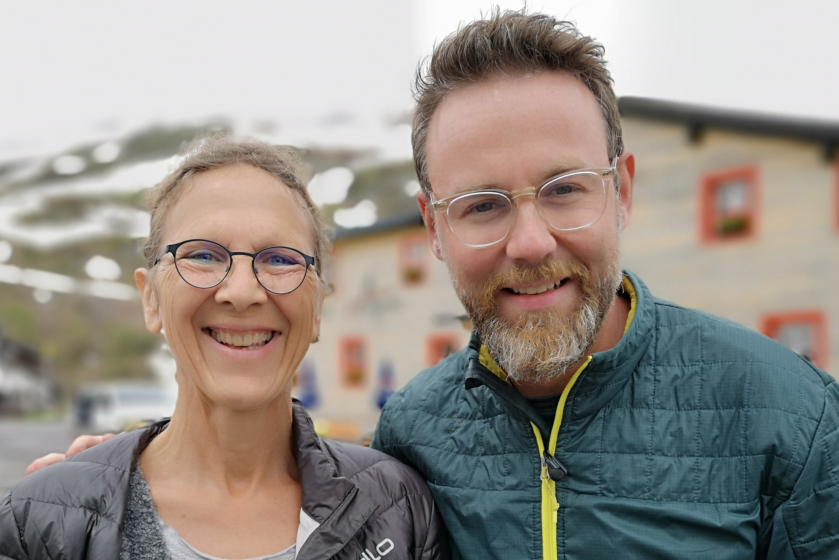 Auf dem Oberalppass (2046 m. ü. M.): Begegnung mit Nik Hartmann. Diese Gelegenheit für ein Foto liess sich meine Frau Moni nicht entgehen.