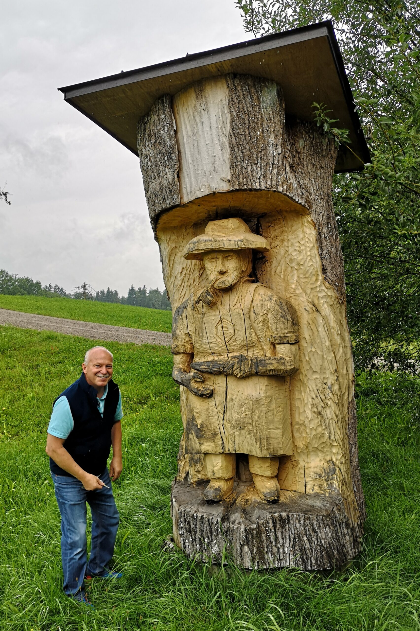 Max Stoib vor der mächtigen Klotzbeute beim Lehrbienenstand des Bezirkimkervereins Gmund.