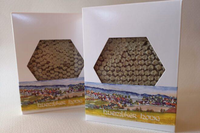 Huemliker Wabenhonig in ansprechenden Kartonboxen zum Verkauf verpackt - die Portion wiegen zwischen 420-480 Gramm.